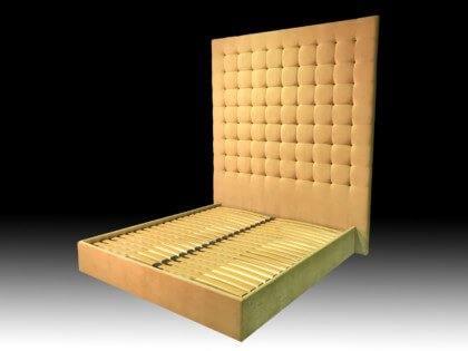 Кровать с высокой спинкой