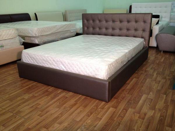 хорошая двуспальная кровать