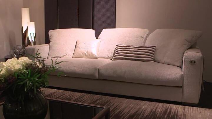 диван с красивой обивкой