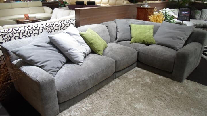 вместительный диван