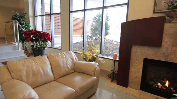 современный диван в коже