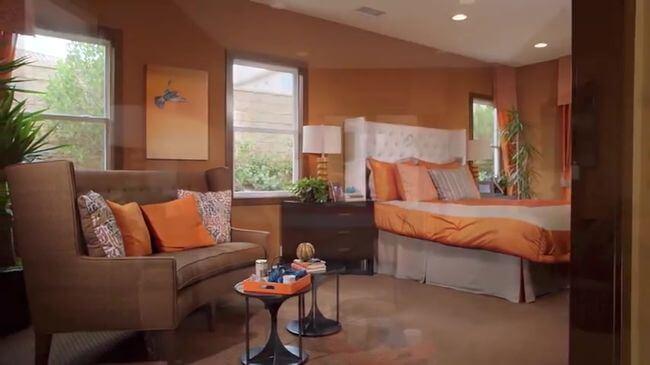 диван в спальне