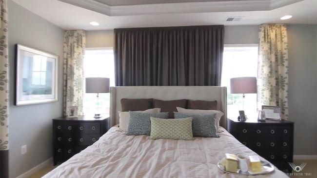 кровать с удобным изголовьем