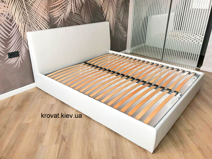 белая кровать в интерьере спальни на заказ