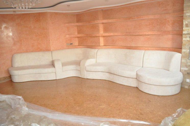 полукруглый белый диван