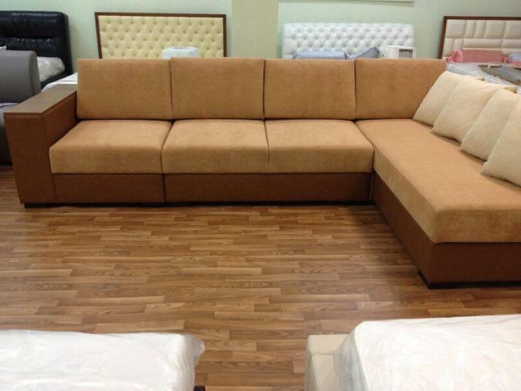 бежевий диван у вітальню