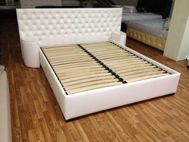 кровать с прикроватными пуфиками