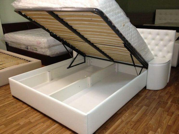 белая кровать с ящиком для белья