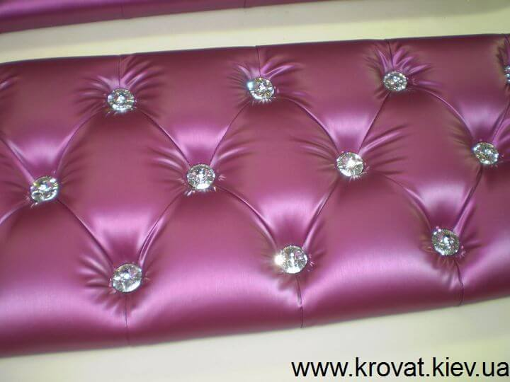 кровать в фиолетовом цвете с камнями Сваровски