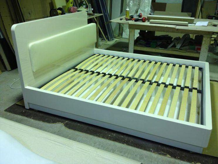 глянцевая кровать с вставкой из кожи