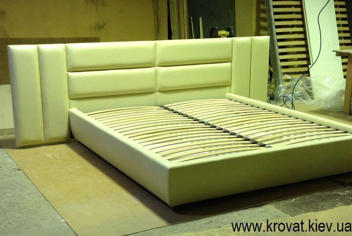 кровать в коже