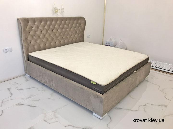 кровать с матрасом в интерьере спальни