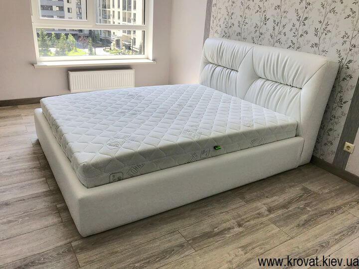 біле ліжко Марсель в інтер'єрі спальні