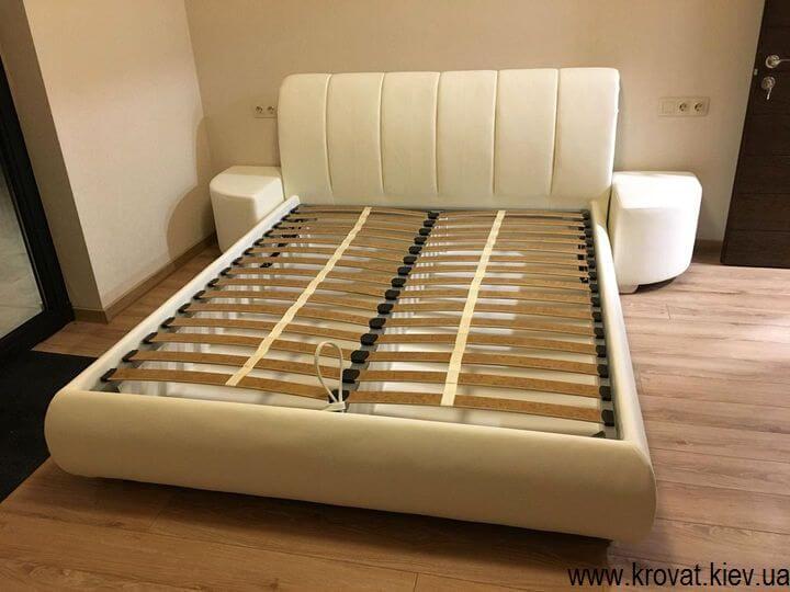 кровать пальмира с пуфами в интерьере спальни