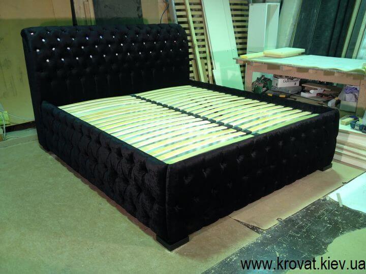 кровать с камушками