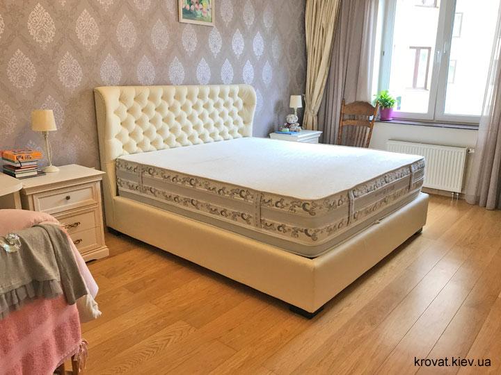 кожаная кровать в интерьере спальни на заказ