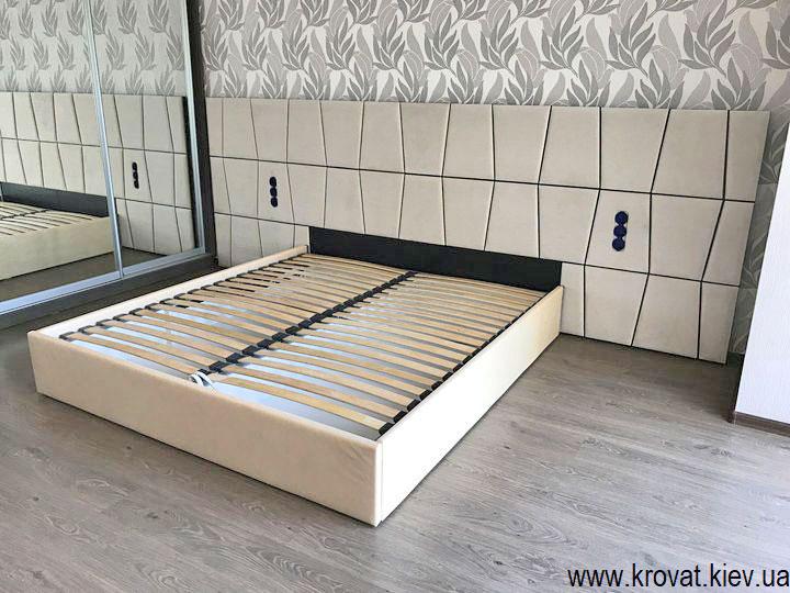 широкая кровать в интерьере спальни на заказ