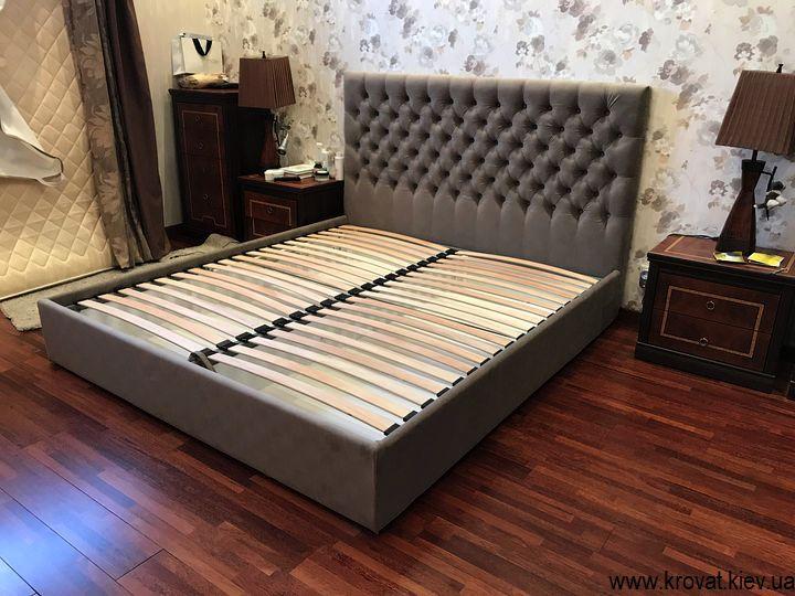 кровать с пуговицами в интерьере спальни