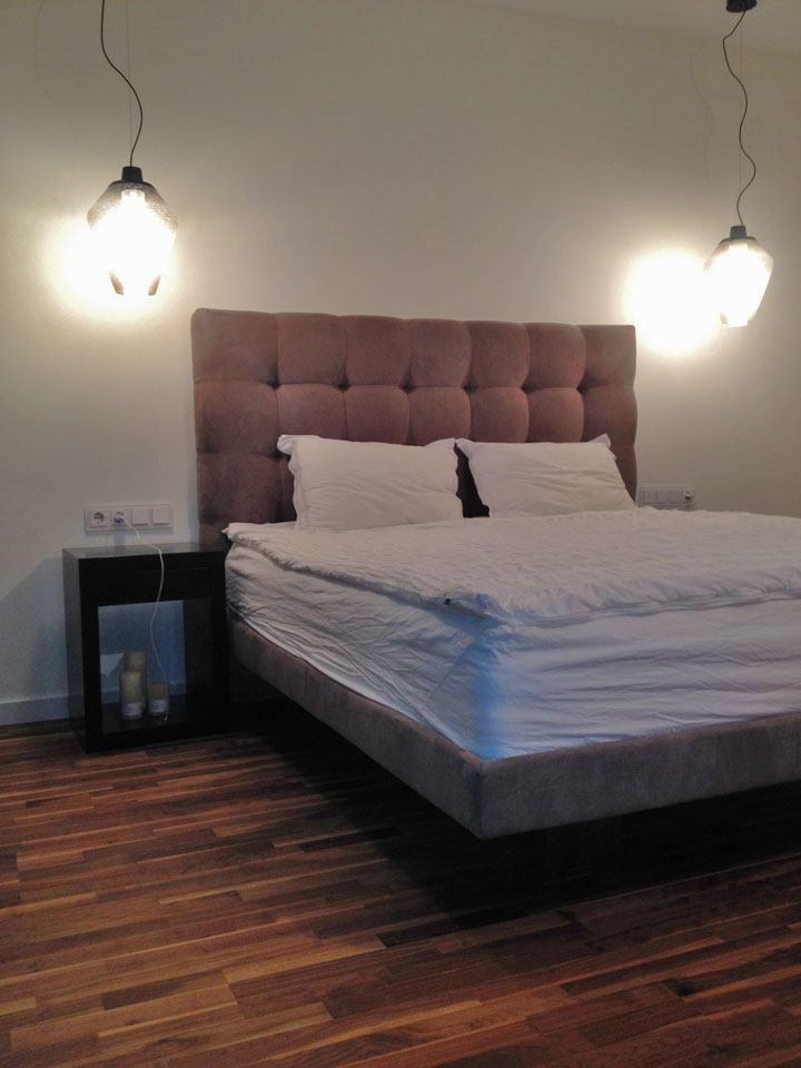 кровать в воздухе в спальне