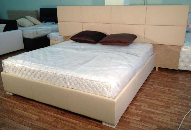 двуспальная кровать в коже