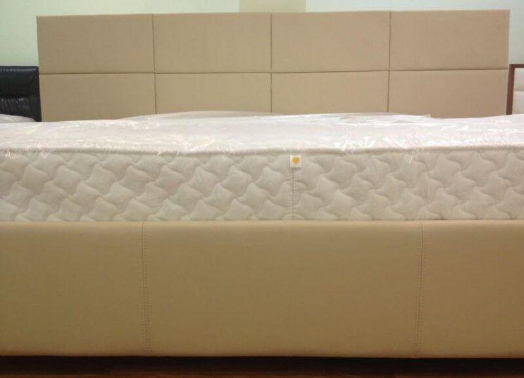 хорошая кровать в коже
