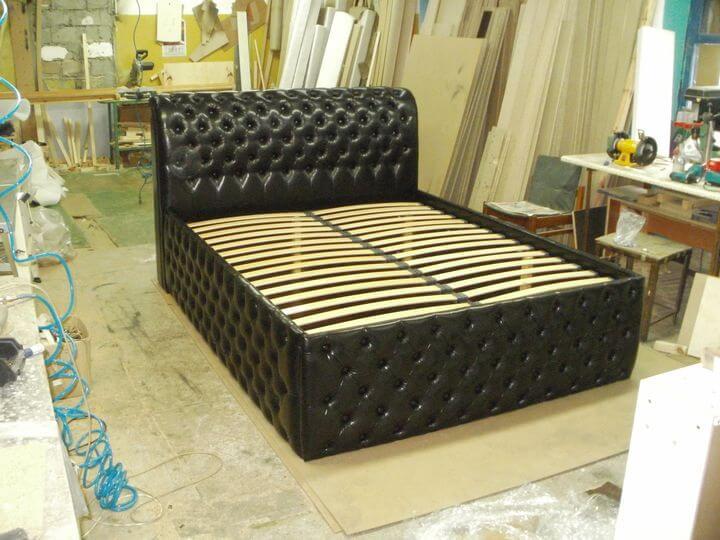 ліжко з гудзиками