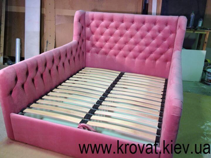кровать в розовом цвете