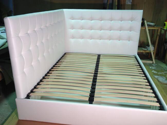 кровать с двумя изголовьями