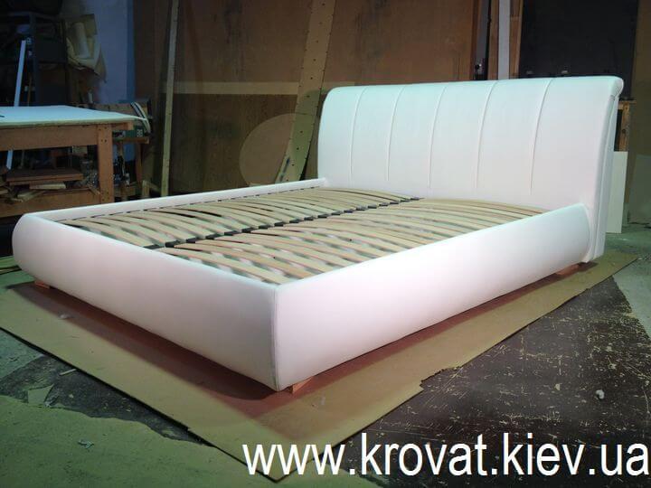 кровать в кожзаме
