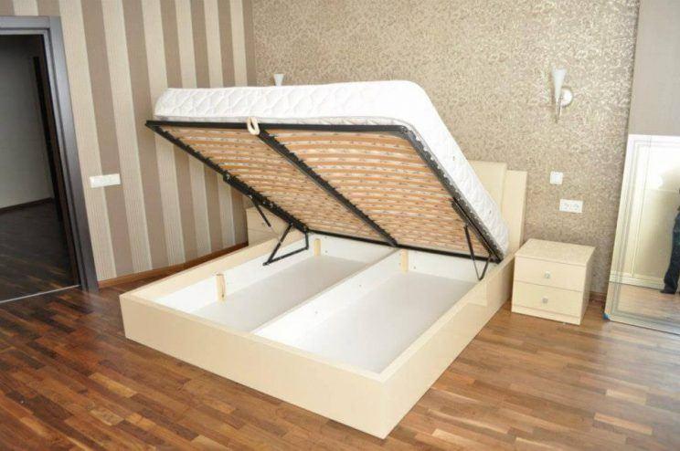 глянцеве ліжко
