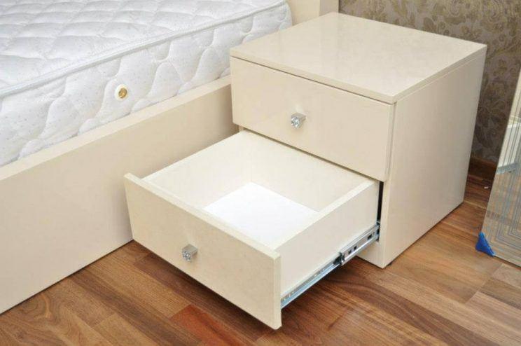 белая глянцевая кровать