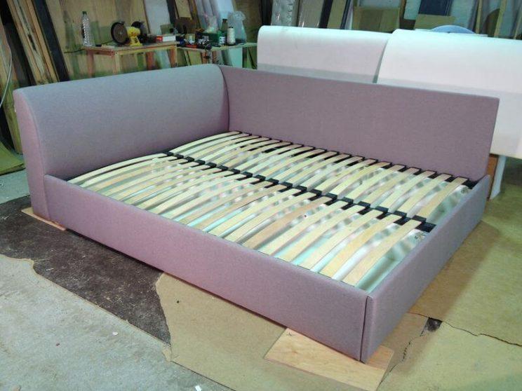 ліжко на низьку подушку