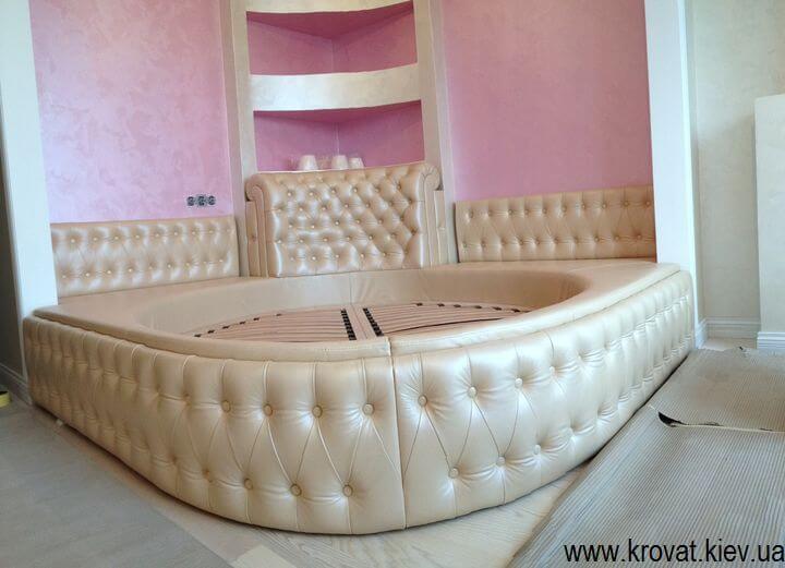 полукруглая кровать из кожи на заказ