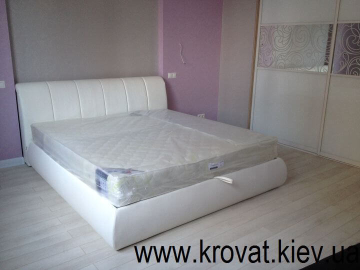 ліжко в інтер'єрі спальні