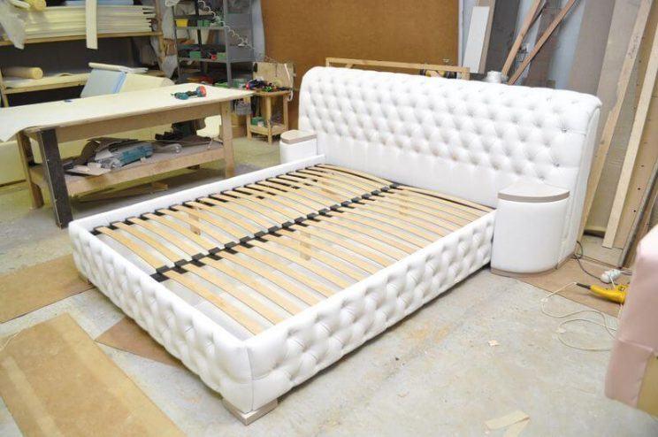 ліжко з великим узголів'ям