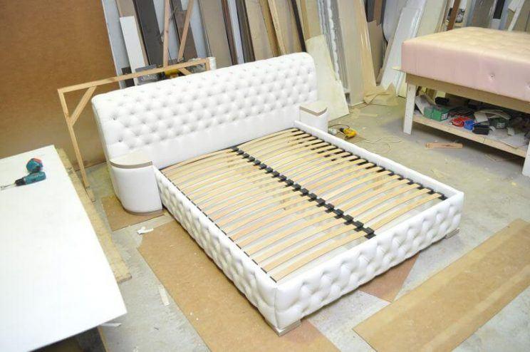 белая кровать