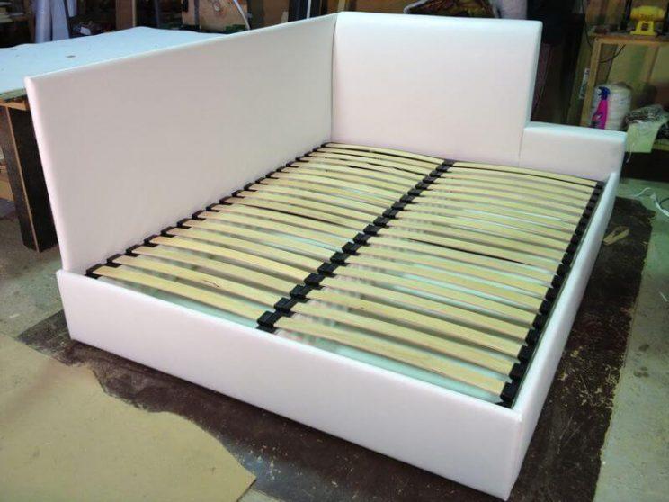 кровать с двумя спинками