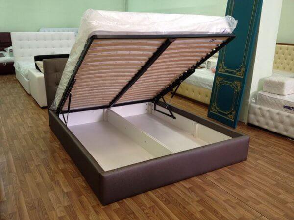 ліжко з матрацом