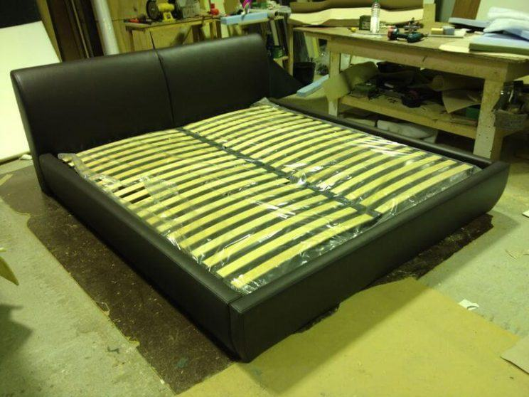 ліжко з невисокою спинкою