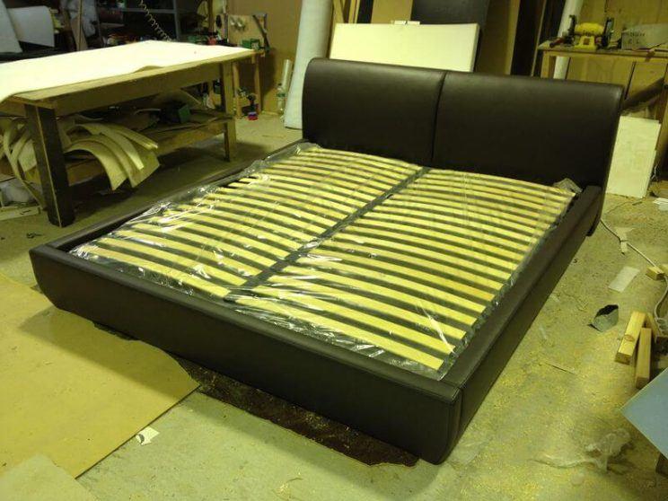 кровать с невысоким изголовьем