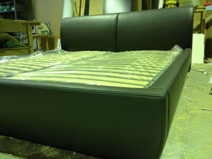 кровать с низкой спинкой
