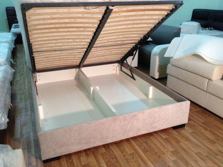 кровать с пуговицами
