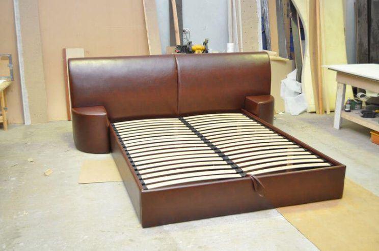 кровать с большой спинкой