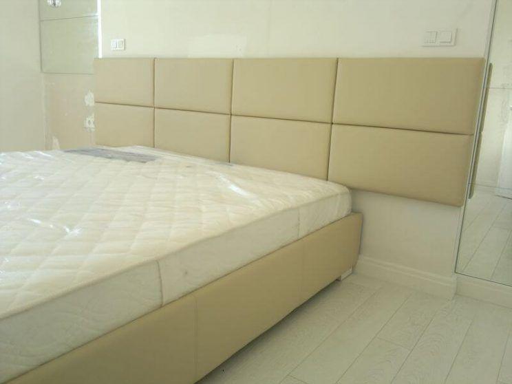 кровать с широким изголовьем