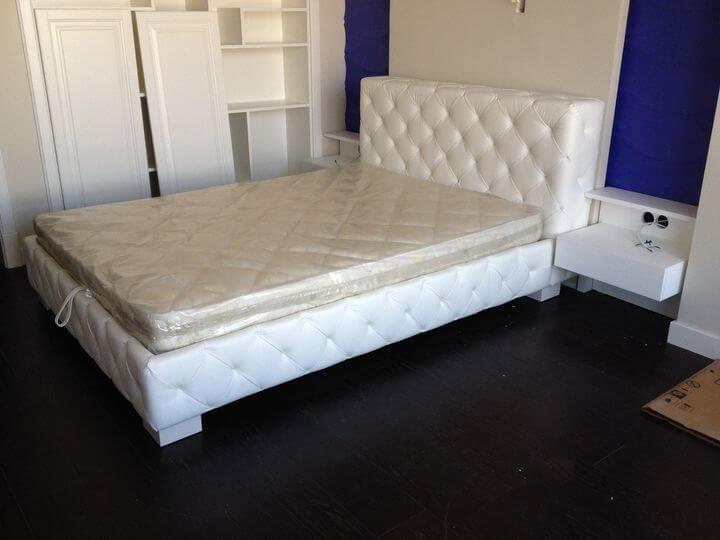 ліжко з навісними тумбами