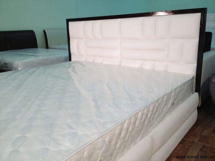 белая кровать с черным обрамлением