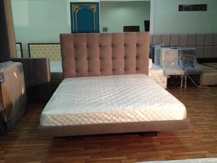 кровать парит над полом
