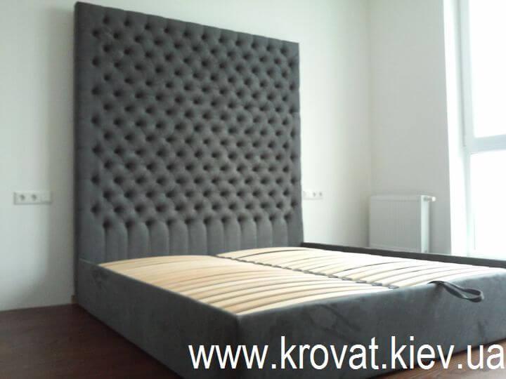 ліжко з високим узголів'ям