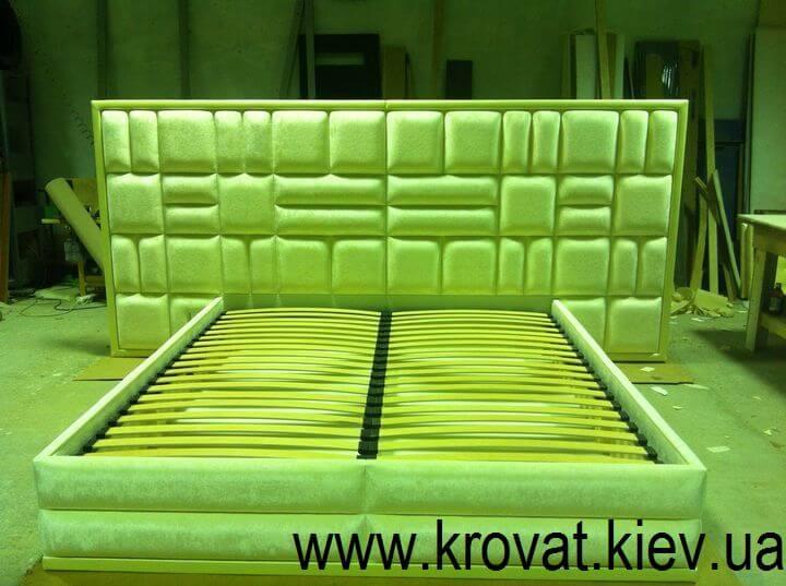 ліжко з величезним узголів'ям на замовлення