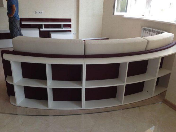 полукруглый диван с полочками